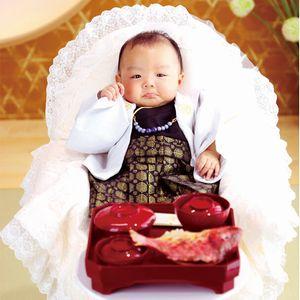 フォトスタジオで撮影する赤ちゃん