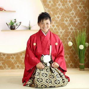 卒業式に袴を着る男の子