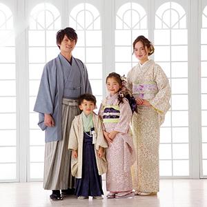 家族で着物を着て立っている写真