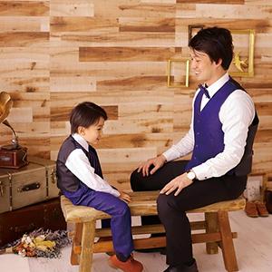 スーツを着て座っている父親と息子
