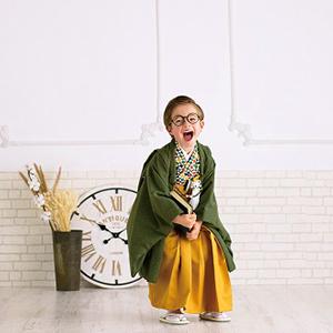 袴を履いて笑っている男の子