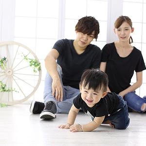 家族三人黒で合わせた家族写真