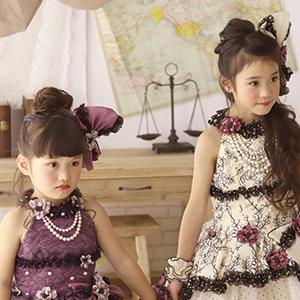 ドレスを着た女の子の姉妹