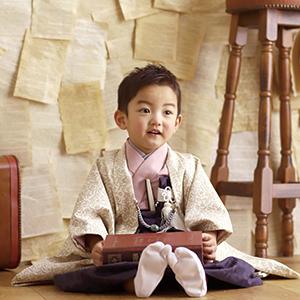 袴姿で座ってる男の子