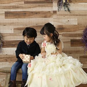 ドレスを着た女の子と男の子兄弟