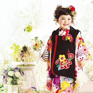 花に囲まれた着物の女の子