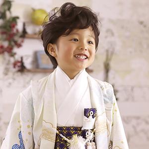 白の袴姿の笑顔の男の子