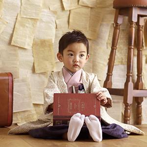本を持って座っている男の子