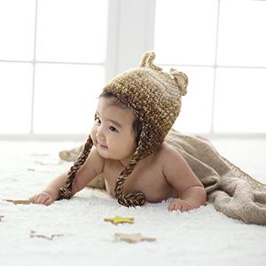 ニット帽を被った赤ちゃん