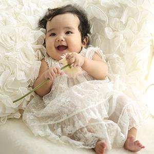白のドレスを着た女の子
