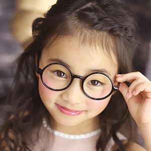 丸メガネを持つ女の子