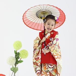 赤い和傘を持って笑っている女の子