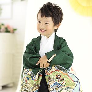 緑と黒の和装姿の男の子