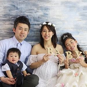 座って家族写真