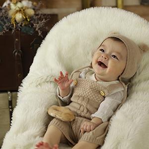 耳のついた帽子を被っている赤ちゃん