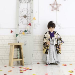 袴姿で下を向いている男の子