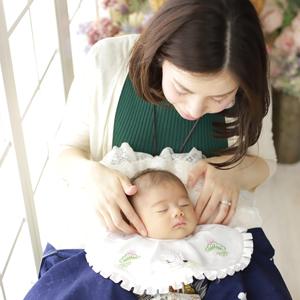 ママに見守られる赤ちゃん