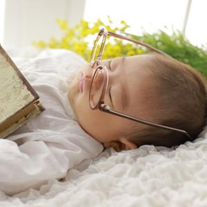 メガネをかけて眠る赤ちゃん