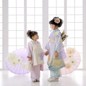 風情ある傘と姉妹