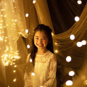 小さな光に照らされた女の子