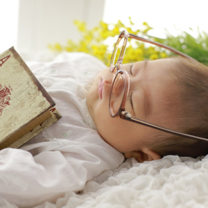 寝顔にメガネをかけられた赤ちゃん