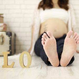 Vに見せかけている女性の足