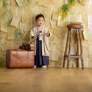 袴姿で撮影する男の子