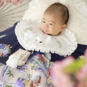 紺色のお祝い着を着ている赤ちゃん