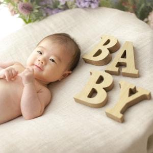 BABYの文字と赤ちゃん