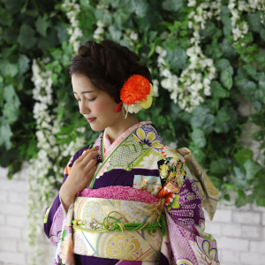 紫色の着物を着ている女性