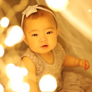 光に囲まれた赤ちゃん