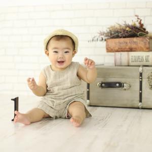 麦わらのベレー帽を被った赤ちゃん