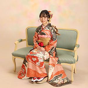 椅子に座っている振袖の女性