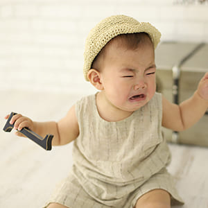 泣いている赤ちゃんをあやす