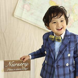 スーツを着ている男の子