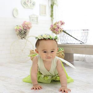 花冠をかぶった赤ちゃん