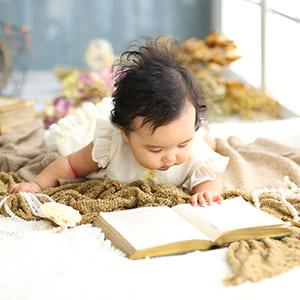 本を読んでいる赤ちゃん
