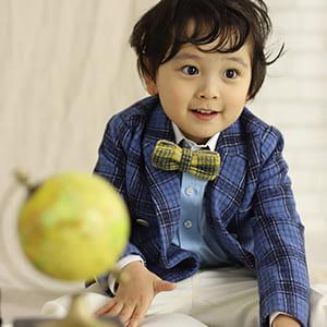 洋服で撮影する男の子