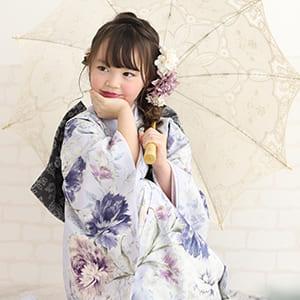和傘を持つ女の子