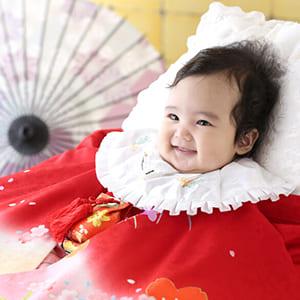 笑顔で撮影する赤ちゃん