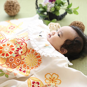 白の着物を着ている赤ちゃん