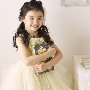 黄色のドレスを着ている女の子