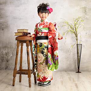 花柄が目立つ着物の女の子