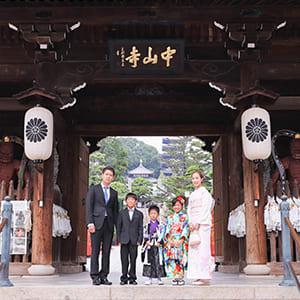 家族で神社の前で撮影