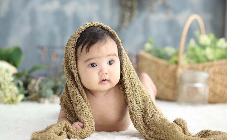 裸の子どもの可愛らしい写真