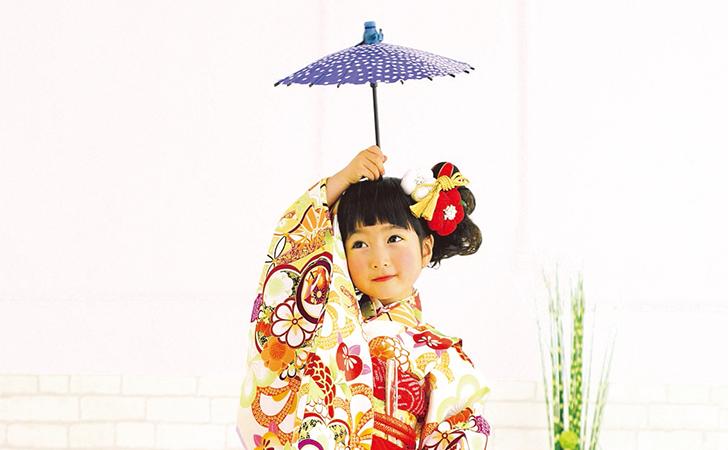 着物を着て傘を持ってるの女の子