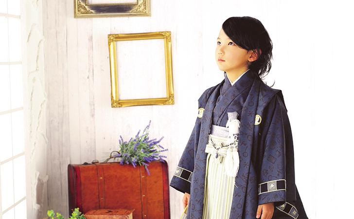 袴姿の斜め上を向いてる男の子