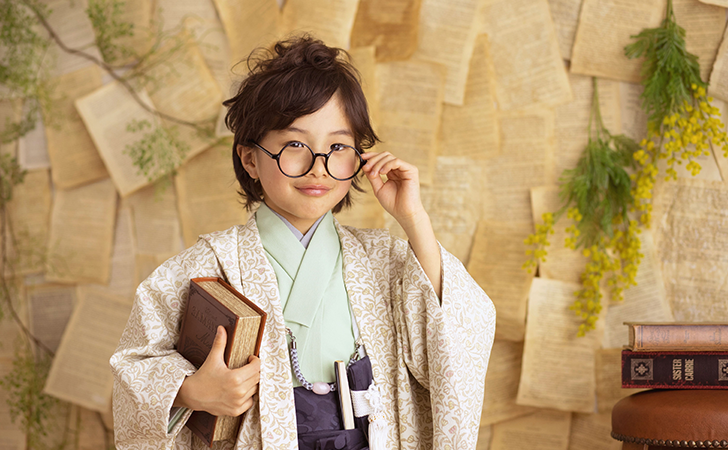 袴姿にまるメガネの男の子