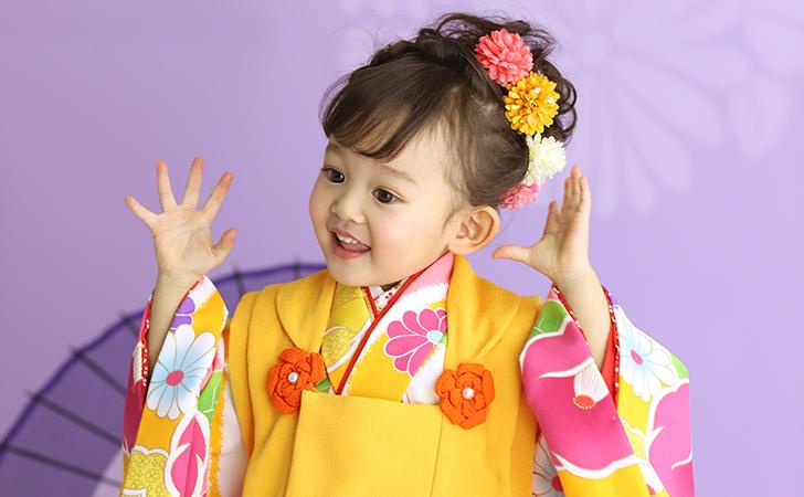 黄色の花柄の着物の小さい女の子