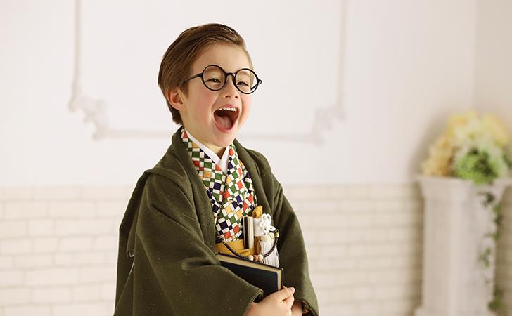 袴姿に丸メガネの男の子